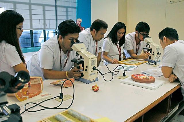 AMA School of Medicine - students in laboratory